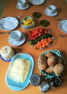 gut gedeckter Frühstücks-Tisch