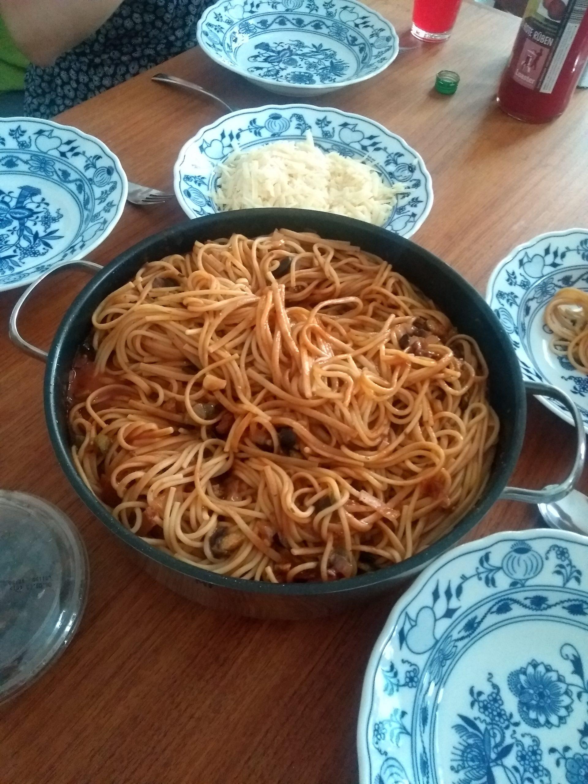 gedeckter Tisch mit Nudel-Mahlzeit