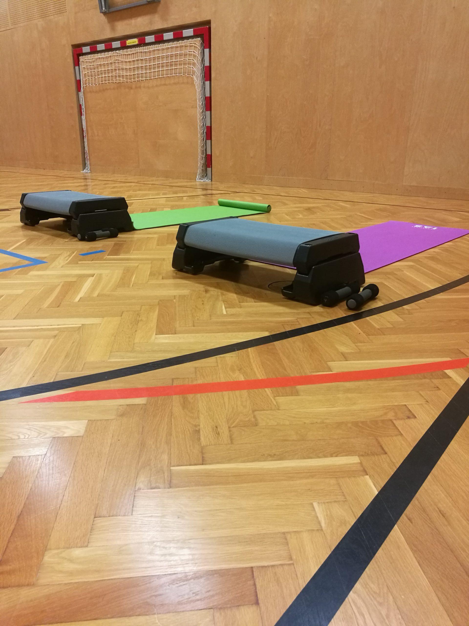 Turnsaal mit 2 Matten + Trainingsgeräten