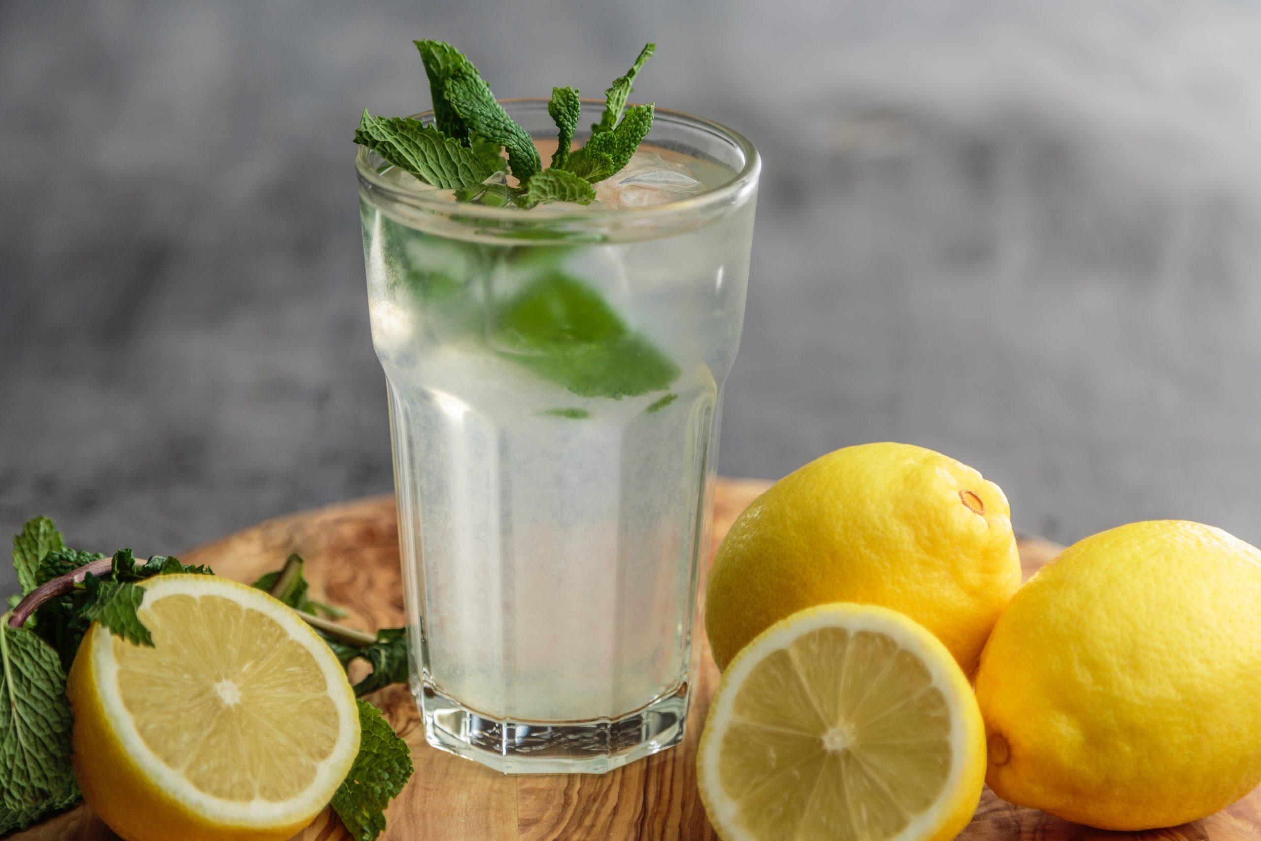 Wasserglas mit Zitrone und Kräuter