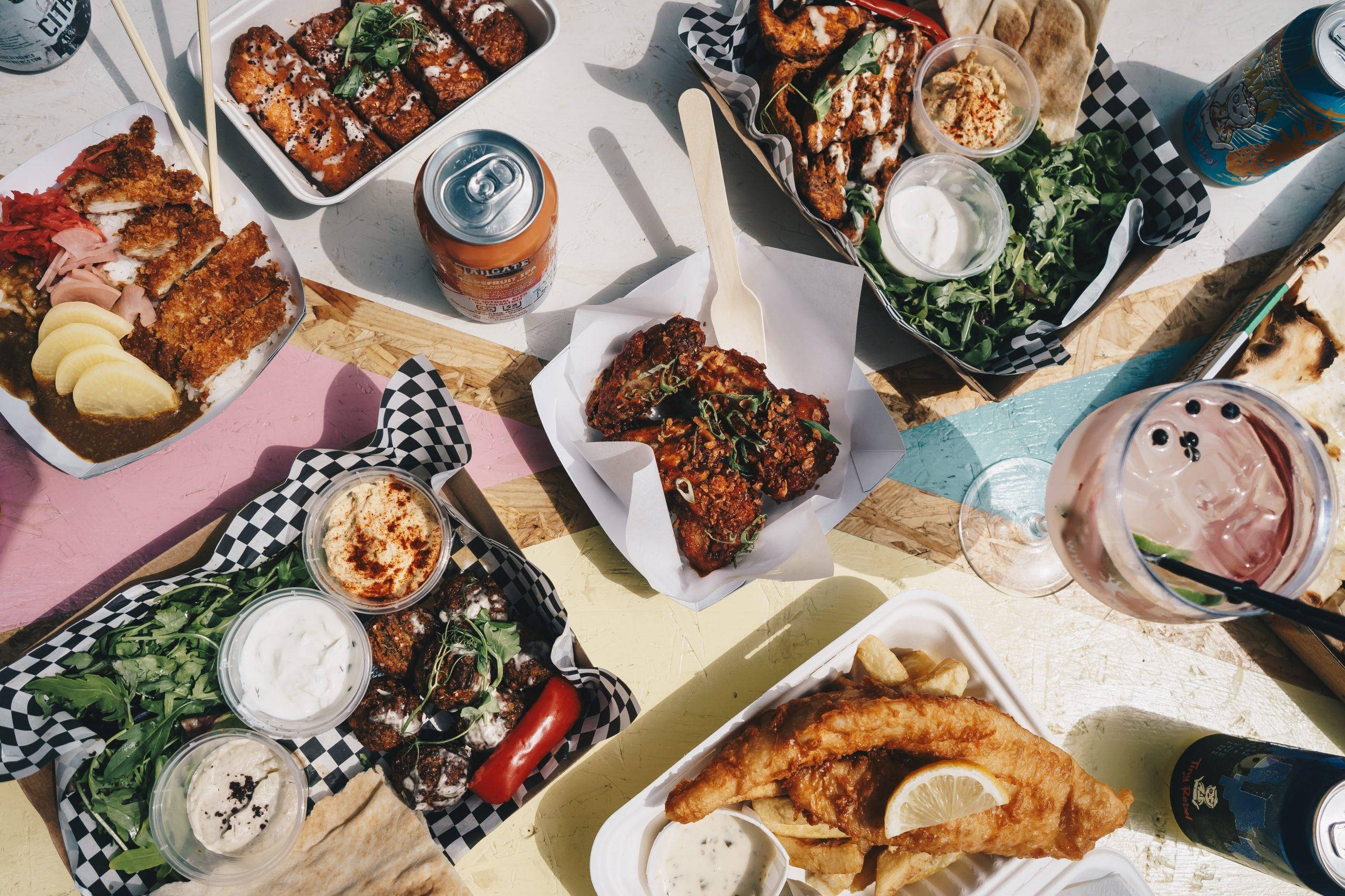 Tisch voller Essen & Getränke