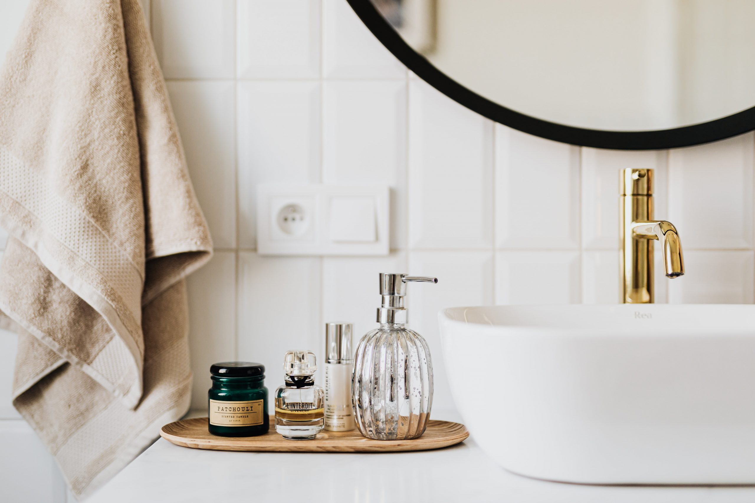 Waschbecken mit Spiegel & Seifen
