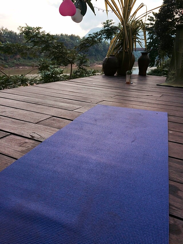 Yogamatte auf Flusssteg